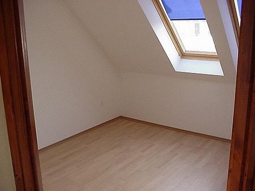 Az eredményesen hőszigetelő tetőtéri ablak árnyékoló